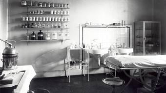 Regale mit Medikamenten in einem Behandlungszimmer der Psychiatrischen Klinik Basel um 1950: Die Wirkungen waren oft noch nicht erforscht. UPK Basel
