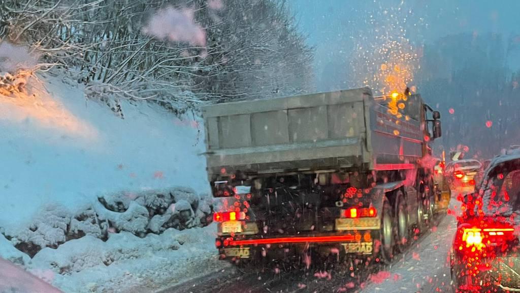 Glätte und Schnee sorgen für schwierige Strassenverhältnisse