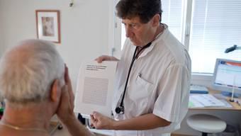 SVP-Grossrat Manuel Tinner verlangt einheitliche Fahreignungsuntersuchungen und will den Preis dafür auf 120 Franken festlegen. Symbolbild: Gaetan Bally / Keystone