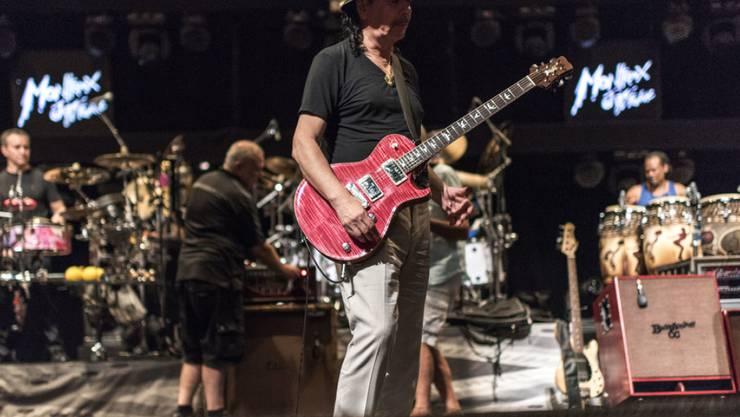 Carlos Santana im Juli 2015 am Montreux Jazz Festival: Das ist eines von über 50 Konzerten, die nun für 30 Tage kostenfrei gestreamt werden können - als Dankeschön der Veranstalter für alle Bemühungen in der Coronakrise. (Archivbild)