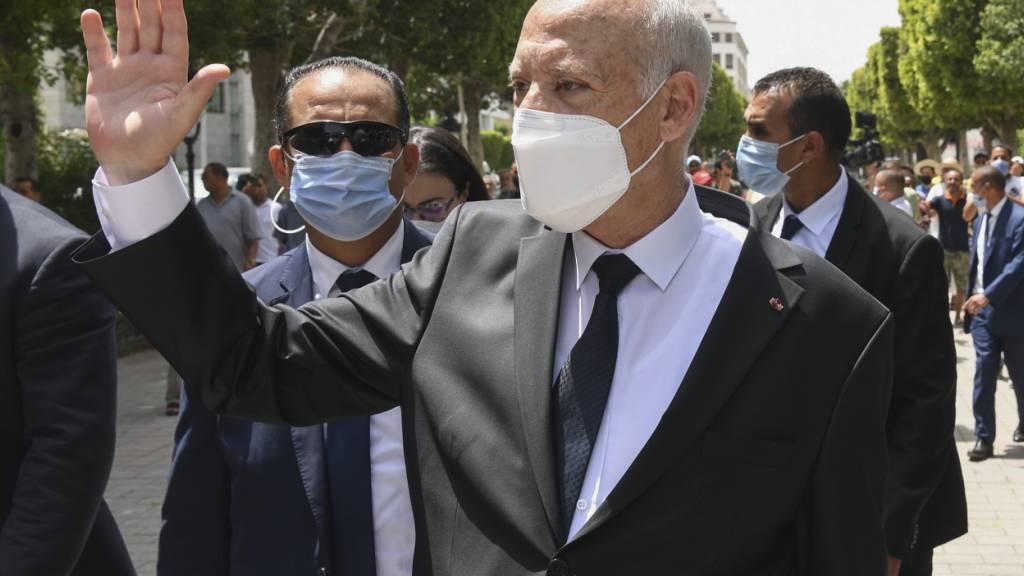 Tunesiens Präsident Kais Saied winkt Passanten zu während er die Avenue Bourguiba in Tunis entlangspaziert. In einer Rede im Präsidentenpalast von Karthago hat Saied der Staatsagentur TAP zufolge geäußert, dass er fürchtet, Opfer eines Attentats zu werden. Foto: Slim Abid/AP/dpa
