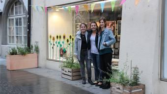 Hinter den Pflanzenkistchen in der Altstadt steckt der Verein «Garten für Aarau». V.l.: Carla Riss, Nadine Almer, Janina Lüscher. Bild: nro