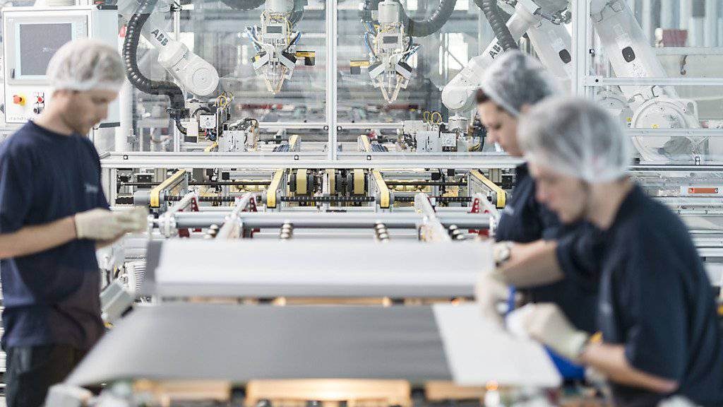 Mitarbeiter von Meyer Burger sind damit beschäftigt Solarwafers voneinander zu trennen: Der Thuner Solarzulieferer schrieb im vergangenen Jahr einen Rekordverlust. Die Auftragslage gibt aber Anlass zu einer gewissen Zuversicht (Archiv).
