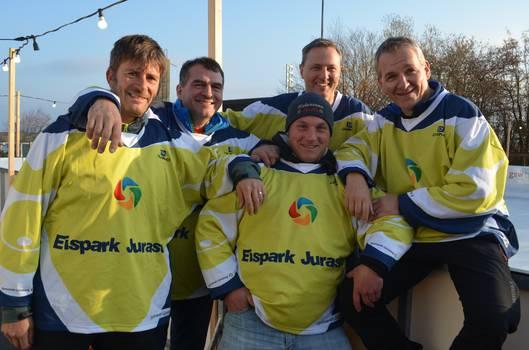 Die Vorstandsmitglieder versammelt auf dem Eispark Jurasüd