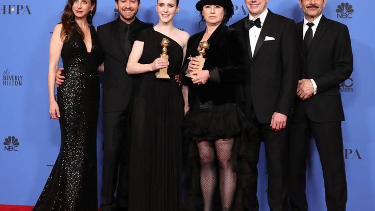 Beste TV-Serie - Musical or Comedy: «The Marvelous Mrs. Maisel», sowie Beste Schauspielerin in einer TV-Serie – Musical oder Komödie: Rachel Brosnahan (links)