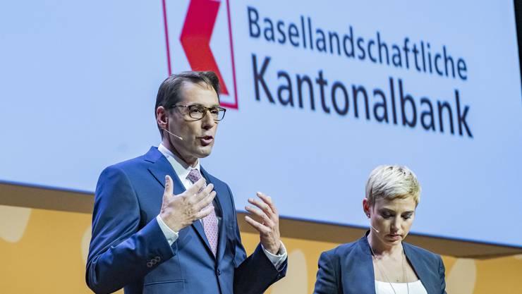 Da war die Welt für den Kantonalbanken-Verband noch in Ordnung: Das alte Logo (Zertifikats-Versammlung mit Bankratspräsident Thomas Schneider und Moderatorin Catherine Thommen).