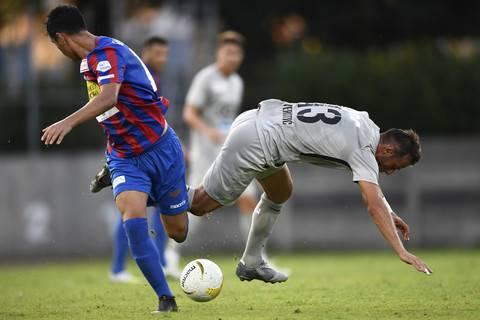 Elsad Zverotic (r.) verliert den Ball im Duell gegen Gonzalo Gamarra: Das Spiel wird immer mehr zur Stolperpartie für den FCA.