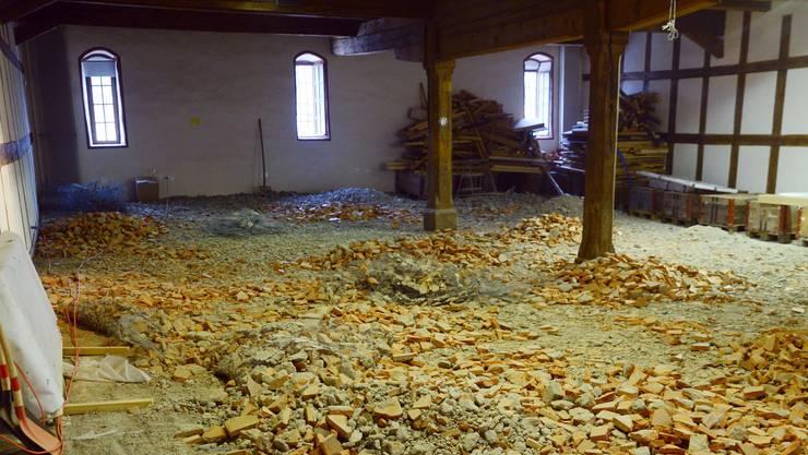 Im vierten Stock liegen herausgespitzte Tonplatten. Hier gibt es den ursprünglichen Holzboden.