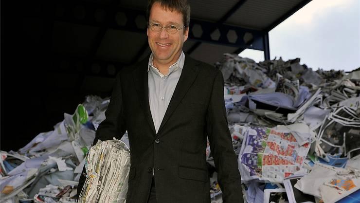 Alain Probst, Leiter des Altpapierwerks der Papierfabrik Utzenstorf, präsentiert den begehrten Rohstoff.hans ulrich mülchi