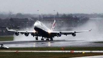 Umstrittene Ausbaupläne: Der britische Grossflughafen Heathrow im Westen Londons soll eine dritte Start- und Landebahn erhalten. (Archivbild)
