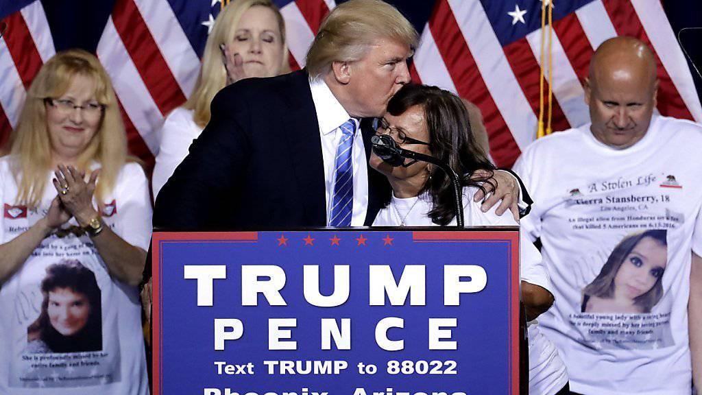 Bei seiner Grundsatzrede zur Migration liess Donald Trump Menschen auftreten, die Angehörige durch illegal eingereiste Kriminelle verloren haben.