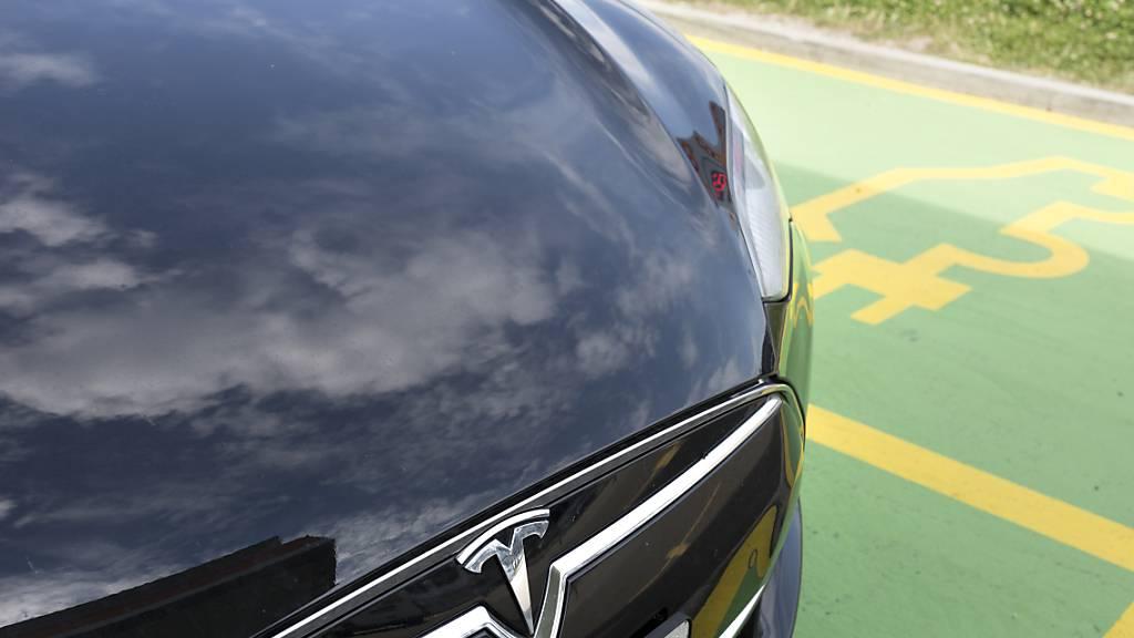 Der US-Elektroautobauer Tesla hat ein weiteres Quartal mit Rekordergebnissen hinter sich. Im Bild ein Fahrzeug der Marke Tesla an einer Ladestation. (Archivbild)