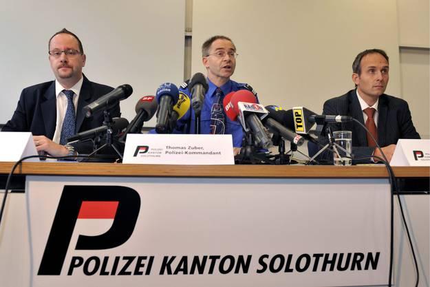 Staatsanwalt Jan Gutzwiller, Polizeikommandant Thomas Zuber und Urs Bartenschlager, der Chef der Kriminalabteilung, von links, informieren an einer Medienkonferenz der Polizei und der Staatsanwaltschaft des Kantons Solothurn am Dienstag, 23. Juni 2009, nachdem die mutmasslichen Täter gefasst wurden.