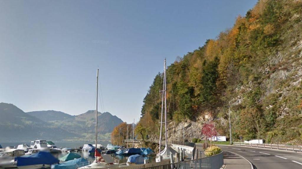 Die Kantonsstrasse beim Bootshafen in Gersau muss erneuert und der Fels gesichert werden.