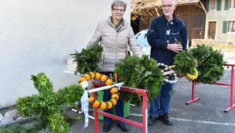 Rösly und Edi Zeltner aus Niederbuchsiten binden wie alle Jahre ihre Palme. Doch segnen müssen sie sie jetzt selbst.