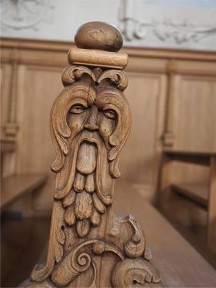 Dämonische Fratzen zieren die Wangen der Kirchenbänke.