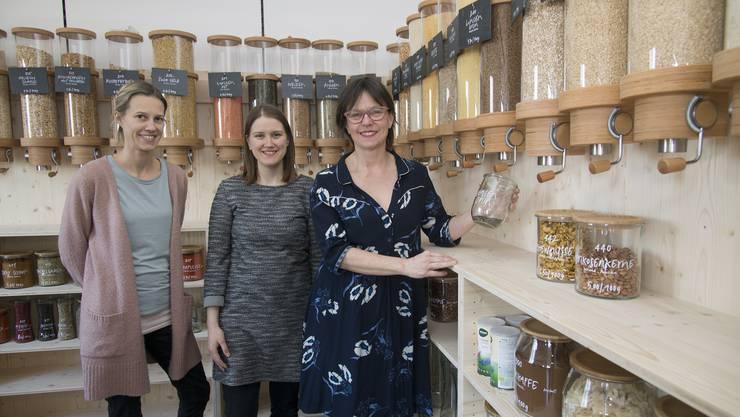 In ihrem neuen Laden: Franziska Rohner (rechts) mit ihren beiden Helferinnen Barbara Heri (links) und Rebekka Hintermann.