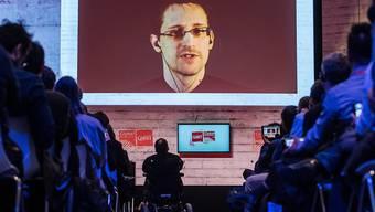 Edward Snowden bei einer seiner Videoschaltungen aus seinem Exil in Russland, hier bei der CeBIT in Hannover im vergangenen März (Archivbild)