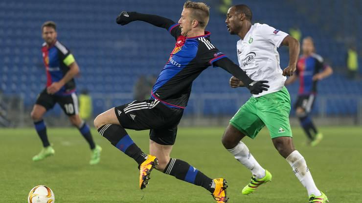 Will zuerst an den Ball: FCB-Stürmer Marc Janko (links).