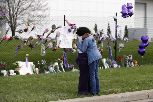 Fans trauern vor dem Anwesen von Prince, dem «Paisley Park» in Minneapolis.