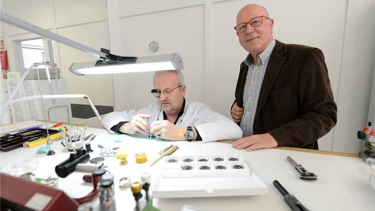 Eine gefreute Sache für Oris-Chef Ulrich Herzog (r.): Endmontage von Oris-Uhrwerken in Hölstein.
