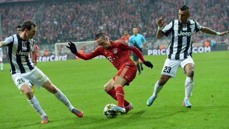 Bayerns Franck Ribery hat den Ball - und zwei Juve-Spieler um sich: Arturo Vidal (rechts) und Stephan Lichtsteiner.