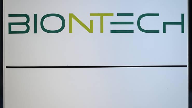 ARCHIV - Biontech-Logo an der Konzernzentrale in Mainz. Foto: Andreas Arnold/dpa