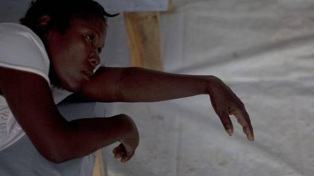 Eine an Cholera erkrankte Frau wird in einem Spital in Port-au-Prince behandelt