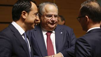 Griechenlands Aussenminister Nikos Kotzias (Mitte) fühlte sich im Namensstreit vom griechischen Regierungschefs Alexis Tsipras zu wenig unterstützt. Kotzias gab am Mittwoch seinen Rücktritt bekannt.
