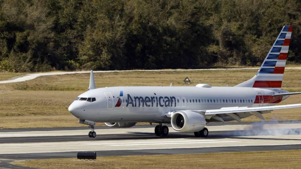 Eine Boeing 737 Max der American Airlines hatte am Freitag mechanische Probleme mit einem Triebwerk. Die US-Luftfahrtbehörde FAA untersucht den Fall. (Archivbild)