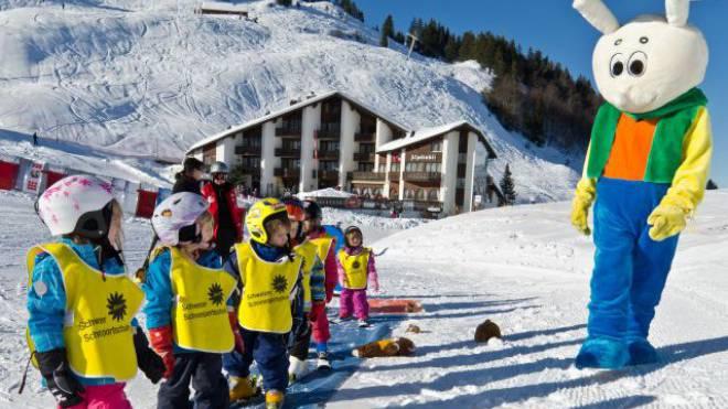 Snowli-Dance im Kinderskiland: Aufwärmen in der Schneesport-Schule Stoos mit Animateur Snowli. Foto: Roger Betschart/Morschach-Stoos