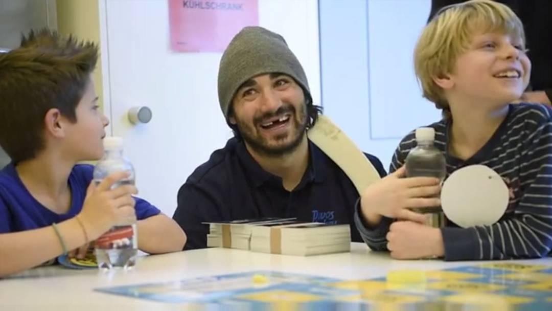 Hockey-Spiel im Spitalgang: HCD-Spieler lenken Kinder vom Spitalalltag ab.