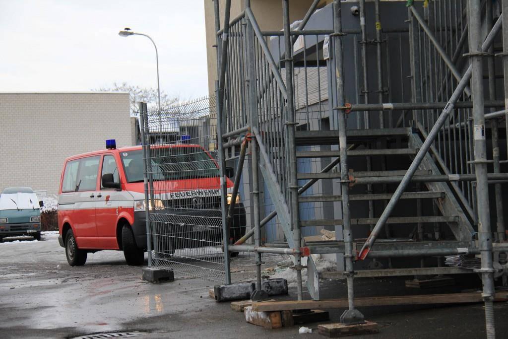 Die Feuerwehr sieht am Tag nach dem Treppeneinsturz nach dem Rechten (© FM1Today/Stephanie Martina)