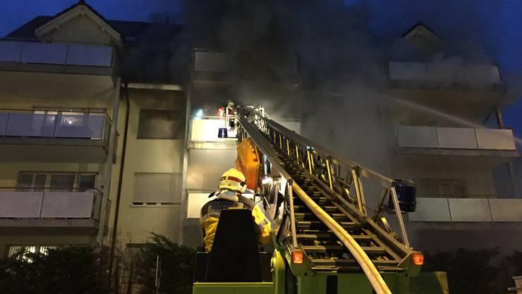 Die Feuerwehren löschen in Zusammenarbeit einen Brand in Weiningen.