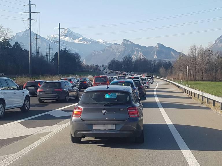 Todayreporterin Fabienne steht bei der Autobahneinfahrt Landquart. (Bild: zVg)