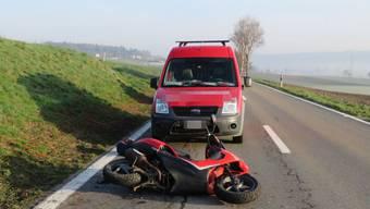 Der 23-Jährige leitete sofort eine Vollbremsung ein, trotzdem prallte er ins Heck des vor ihm fahrenden Rollers.
