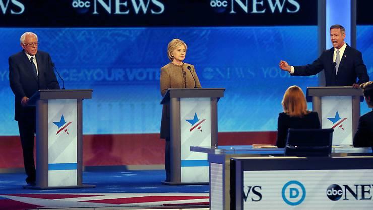 Bernie Sanders (links), Hillary Clinton und Martin O'Malley bleiben sachlich während der TV-Debatte der Demokraten in Manchester.