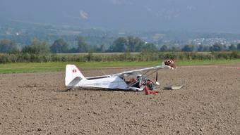 Das Flugzeug kam in einem Acker ausserhalb der Flugpiste zum Stillstand.