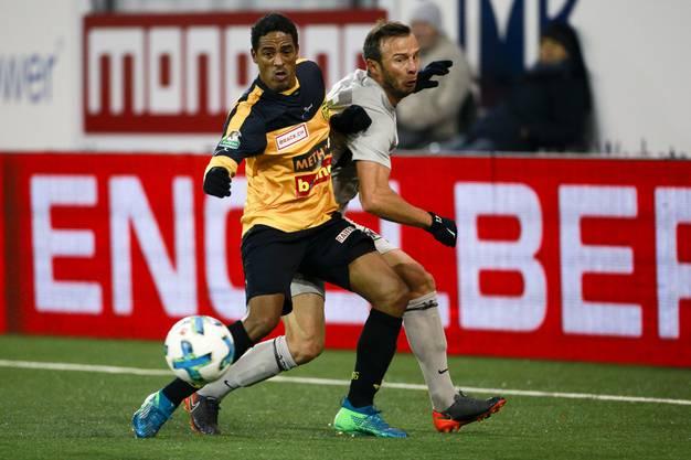Aaraus Zverotic im Zweikampf mit Paulinho.