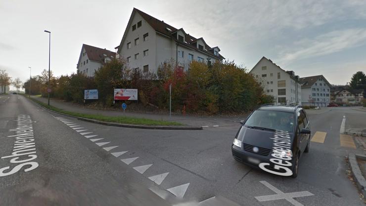 Auf der Geerenstrasse an die Einmündung der Schwenkelbergstrasse kam es am Mittwochabend zur Kollision zwischen einem Auto und einem Motorrad. (Google Maps)
