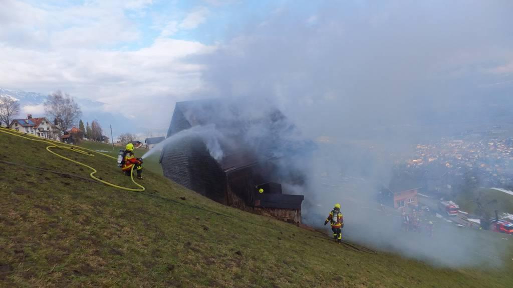 Ein Mann entfachte ein Feuer neben seinem Stall. Der Wind trug Funken zum Stall hinüber, woraufhin dieser zu brennen begann.