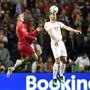 Ein Bild ohne Symbolkraft: Fabian Schär kommt vor Dreifachtorschütze Cristiano Ronaldo an den Ball