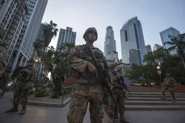 Angehörige der Nationalgarde von Kalifornien patrouillieren in Los Angeles, während die Gewalt in den Nächten weitergeht.