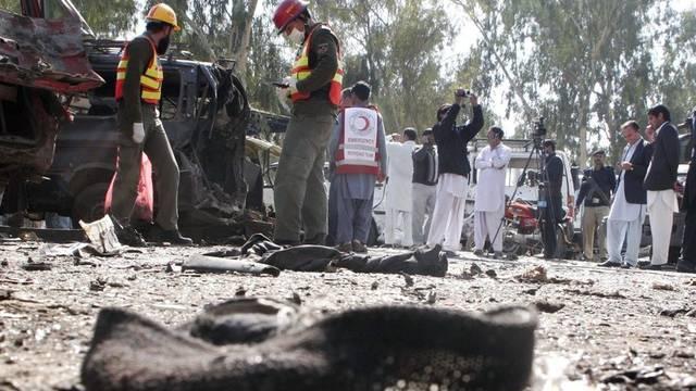 Sicherheitskräfte untersuchen einen Anschlagsort in der Nähe von Peshawar (Symbolbild)