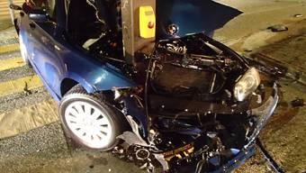 Der Fahrer dieses zerdrückten Autos kam mit leichten Verletzungen davon, der Sachschaden ist jedoch hoch. Kapo