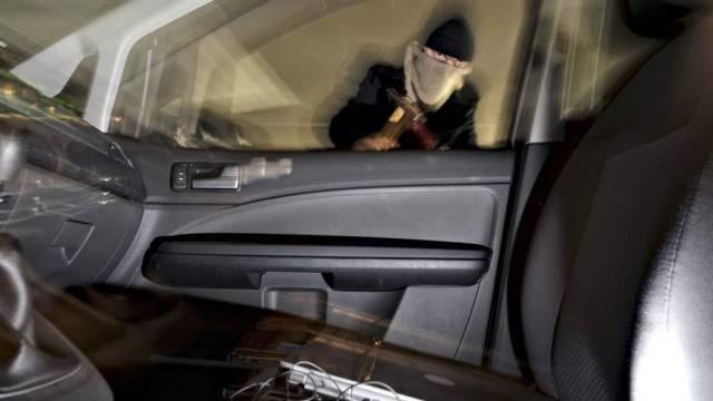 Gestellte Aufnahme eines Autodiebs in Aktion (Symbolbild)