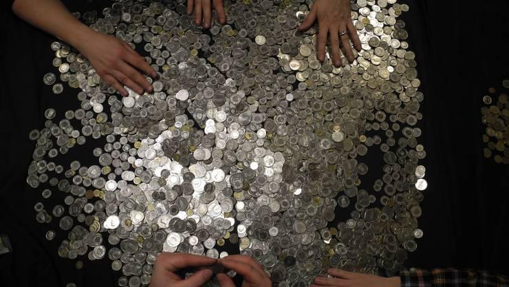 Traditionell kontrollieren die Uelis am Tag nach dem Vogel Gryff ihr gesammeltes Geld.