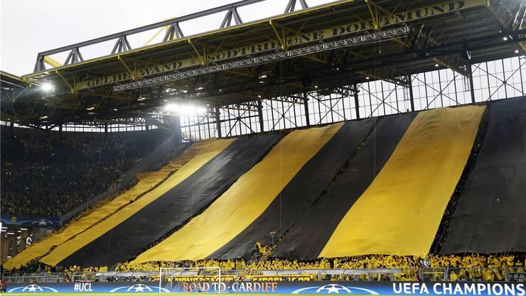 Die Fans tauchen die Südtribüne in ein gelb-schwarzes Meer – die Farben von Borussia Dortmund.