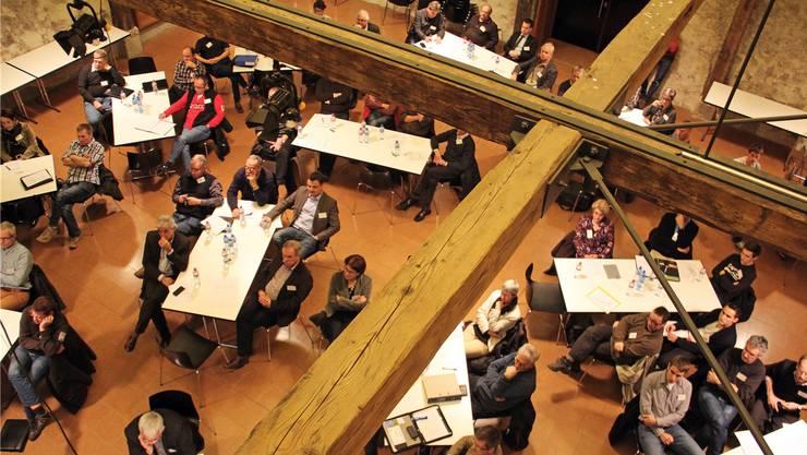 Die Mitglieder der Regionalkonferenz Jura Ost lauschen an ihrer 10. Vollversammlung in der Trotte Villigen dem Referat von Regierungsrat Attiger. (Archivbild)