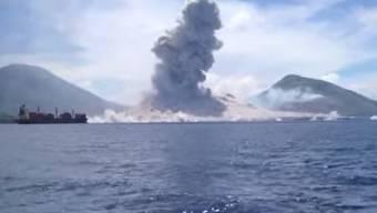 Vulkan Tavurvur auf Papa-Neuguinea bricht aus.